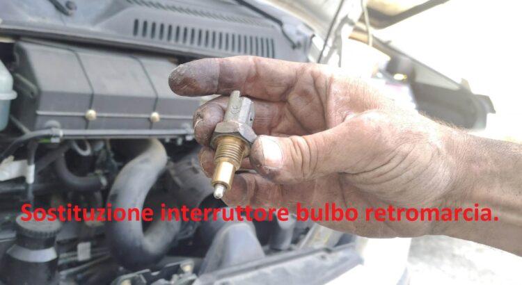 La luce della retromarcia non funziona - sostituzione interruttore bulbo retromarcia
